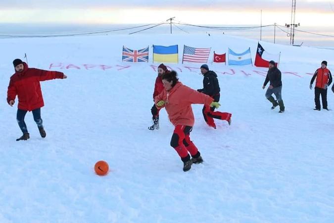 Главные гуляния в Антарктиде проходят с 21 по 23 июня - день зимнего солнцестояния. Это праздник зимы – Midwinter. Фото: Национальный антарктический научный центр.