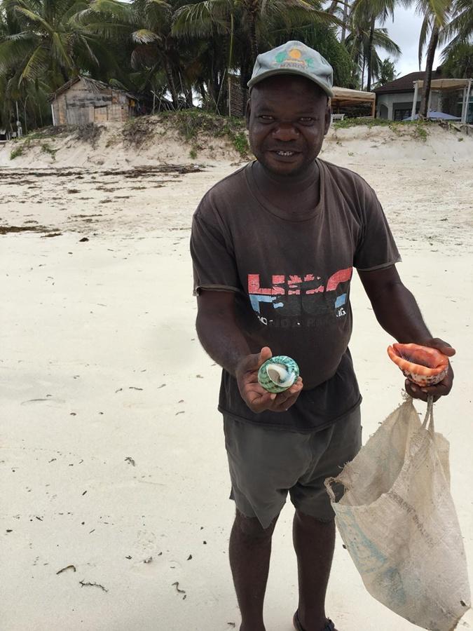 Одинокий пляжный торговец.