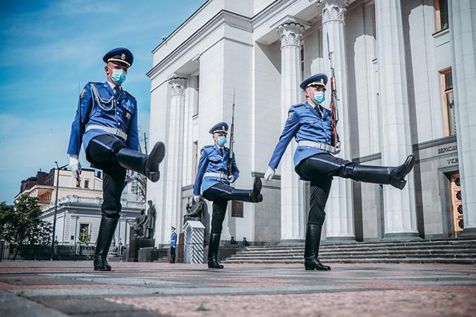 У Рады снова служит почетный караул - новую традицию прерывали из-за карантина фото 1