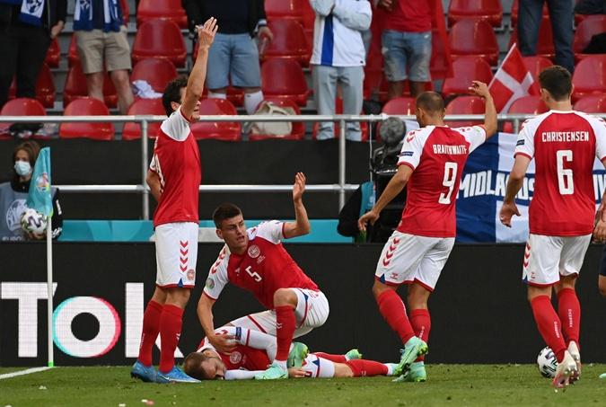 Медики стабилизировали состояние игрока Дании, потерявшего сознание во время матча на Евро-2020 [фото, видео]