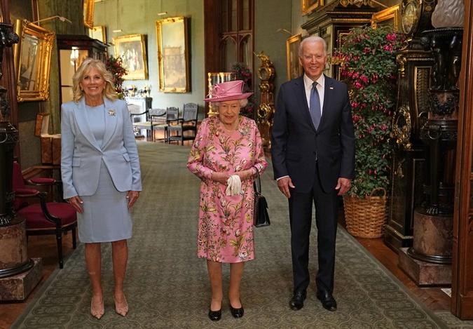 протокольное фото байденов и королевы елизаветы 2