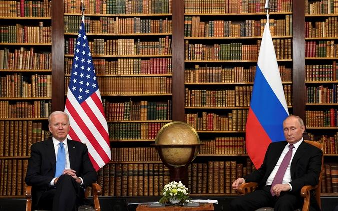 Поза Джо Байдена говорит о закрытости, а вот Владимира Путина свидетельствует об открытости к переговорам.