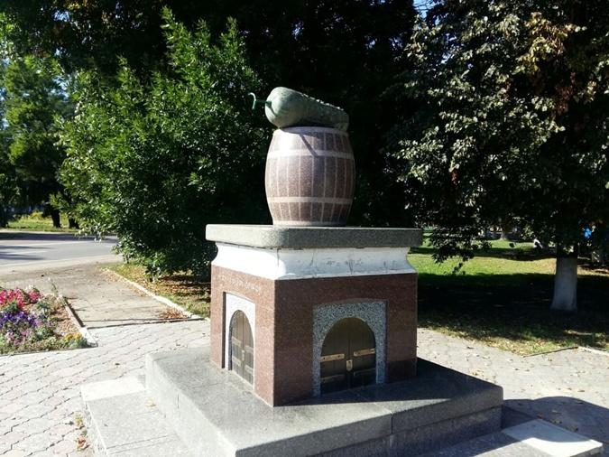 Памятник огурцу в Нежине