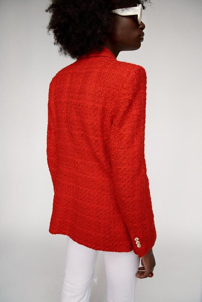темнокожая девушка в красном жакете
