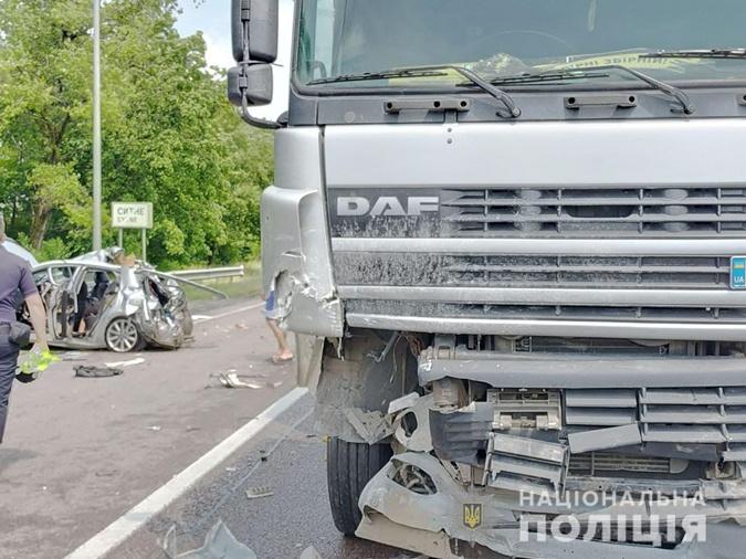 Водитель фуры в ДТП не пострадал.