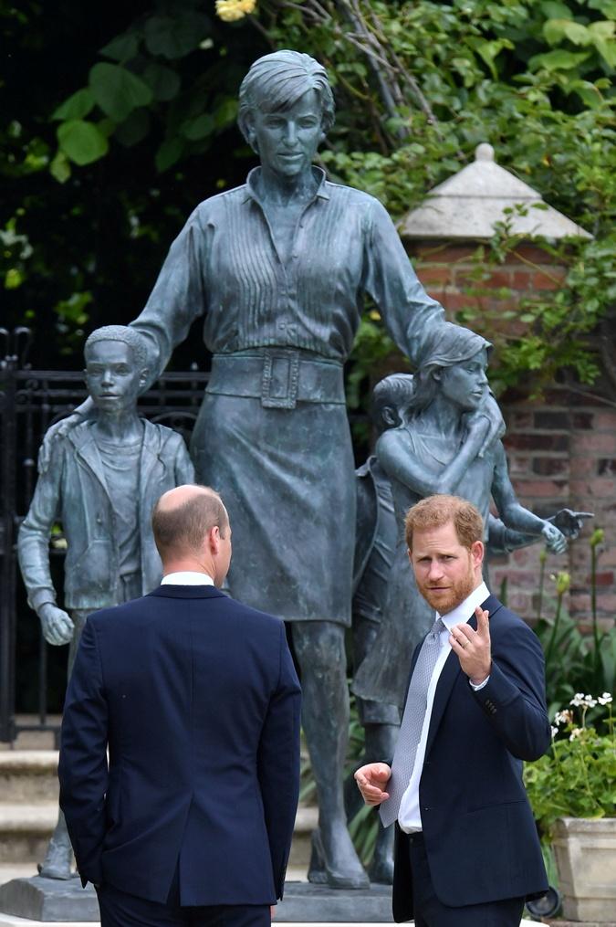 принц уильям, принц гарри, статуя принцессы дианы