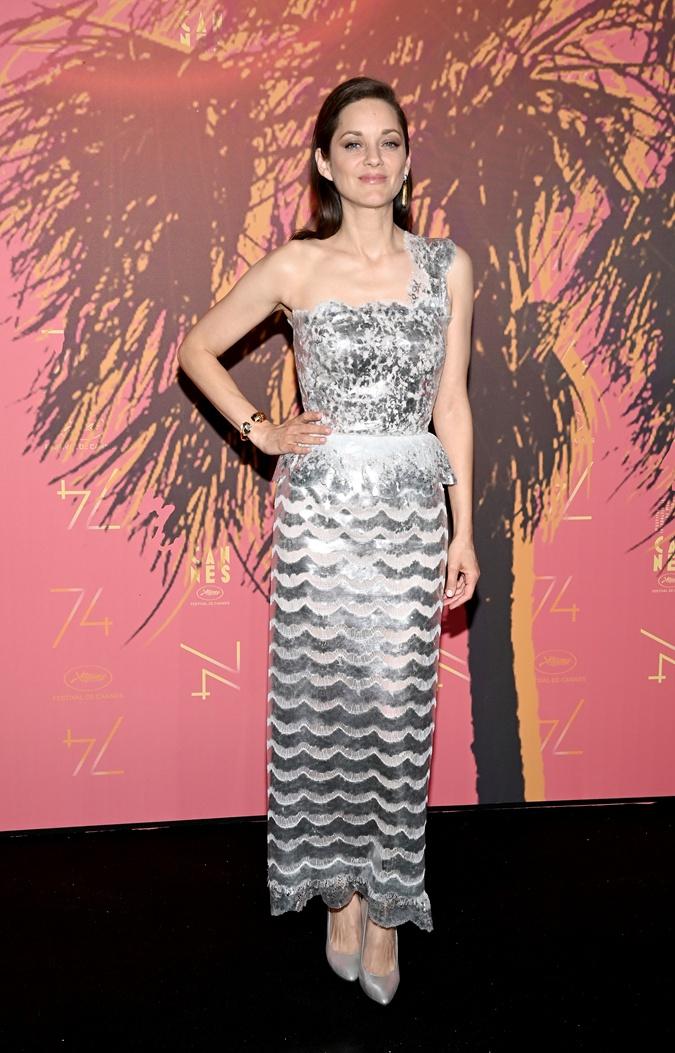 Открытие Каннского кинофестиваля: Белла Хадид в платье 2002 года, Марион Котийяр – в Chanel фото 3
