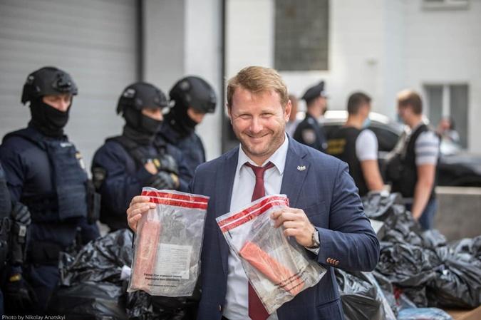 Спикер МВД Артем Шевченко с брикетами, в которых перевозили героин.