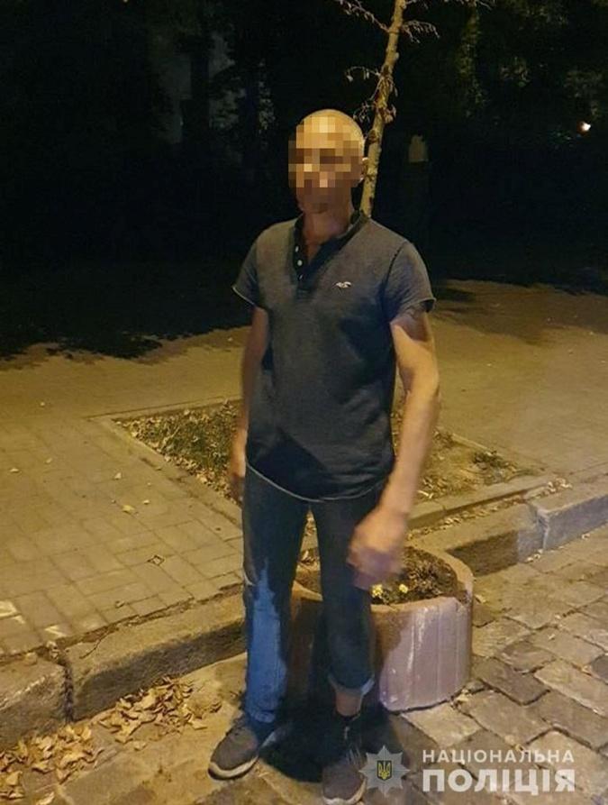 мужчина, клумбы, центр Киева, злоумышленник