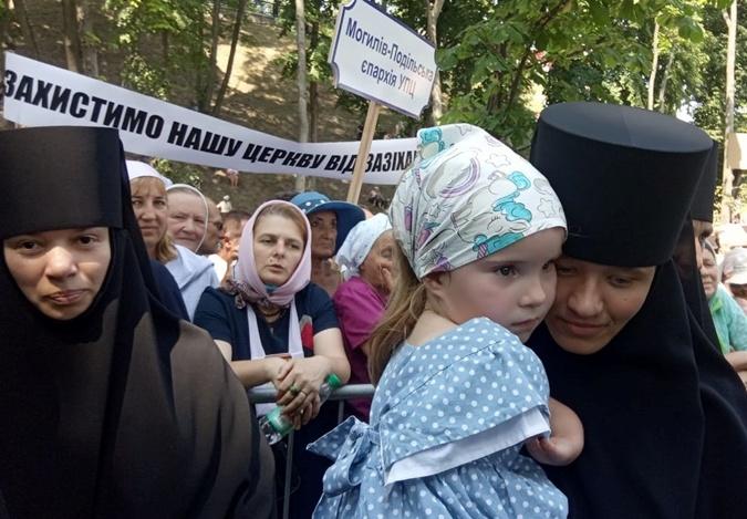 монашки с ребенком