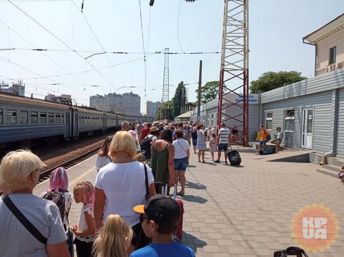 Аншлаг на вокзале: чтобы сдать или забрать чемодан, нужно выстоять полчаса на солнцепеке.