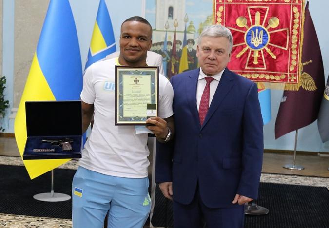 Беленюк получил за олимпийское золото наградной пистолет и новое воинское звание [фото]
