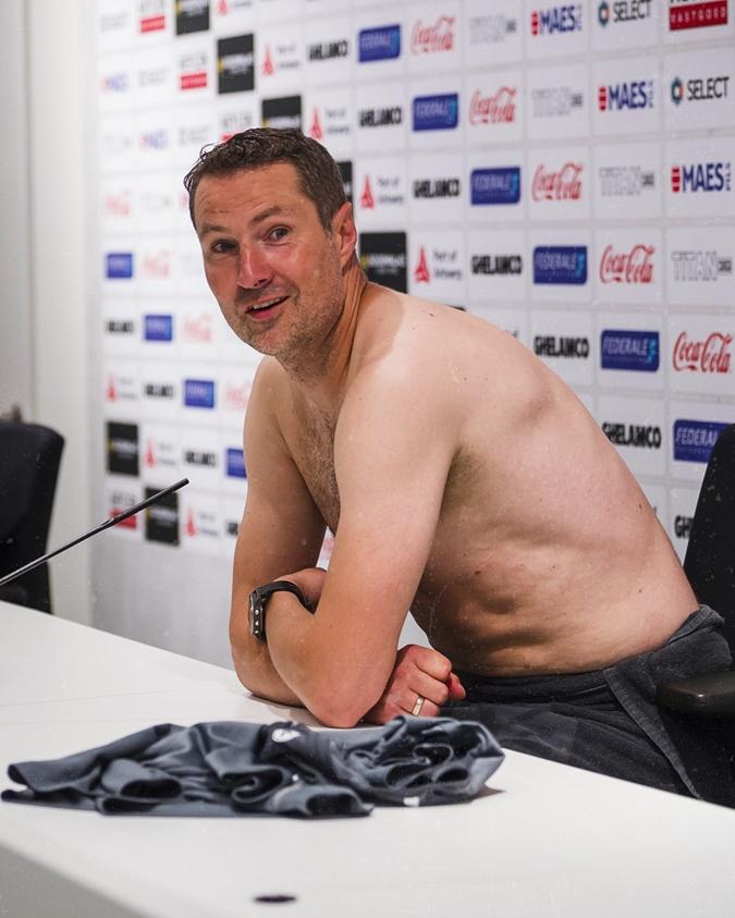 """Тренер бельгийского """"Антверпена"""" пришел на пресс-конференцию без одежды  [фото]"""