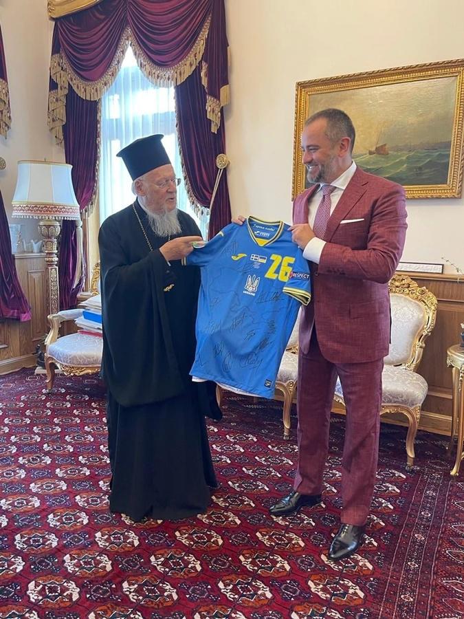 Андрей Павелко обвенчался в Стамбуле и подарил Варфоломею футболку сборной Украины [фото]