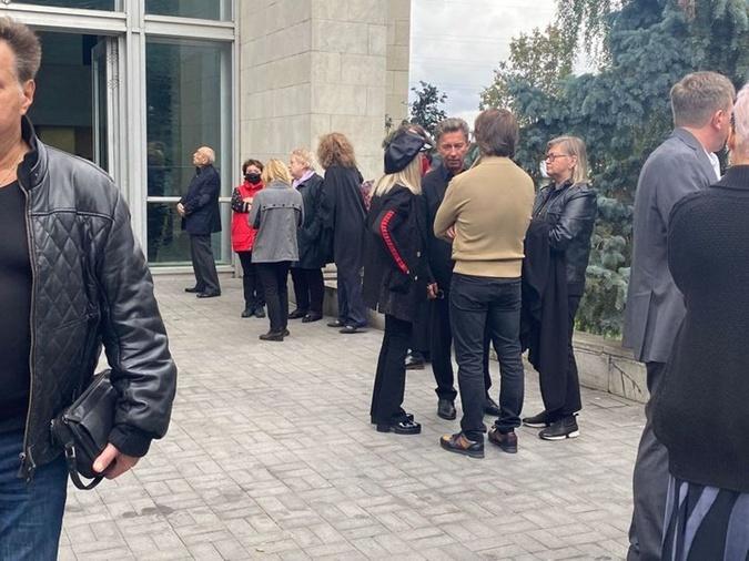 Алла Пугачева на прощании с Борисом Красновым закрыла лицо руками фото 1