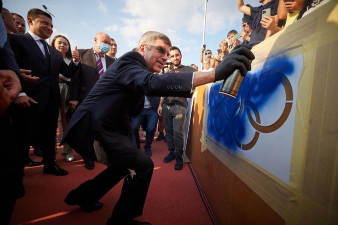 Томас Бах в Киеве рисовал граффити, фехтовал и получил орден от Владимира Зеленского фото 1
