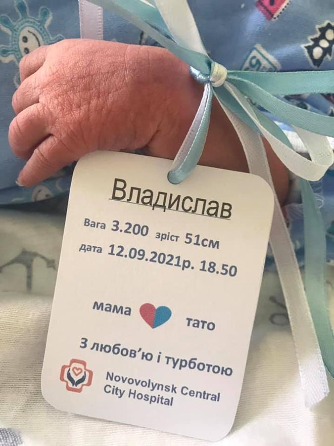 В роддоме Нововолынска после скандала в соцсетях изменили формат бирок для новорожденных фото 1