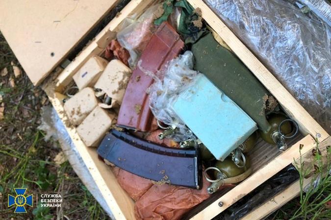 Во время учений СБУ на границе с Беларусью нашли реальный тайник с оружием фото 1