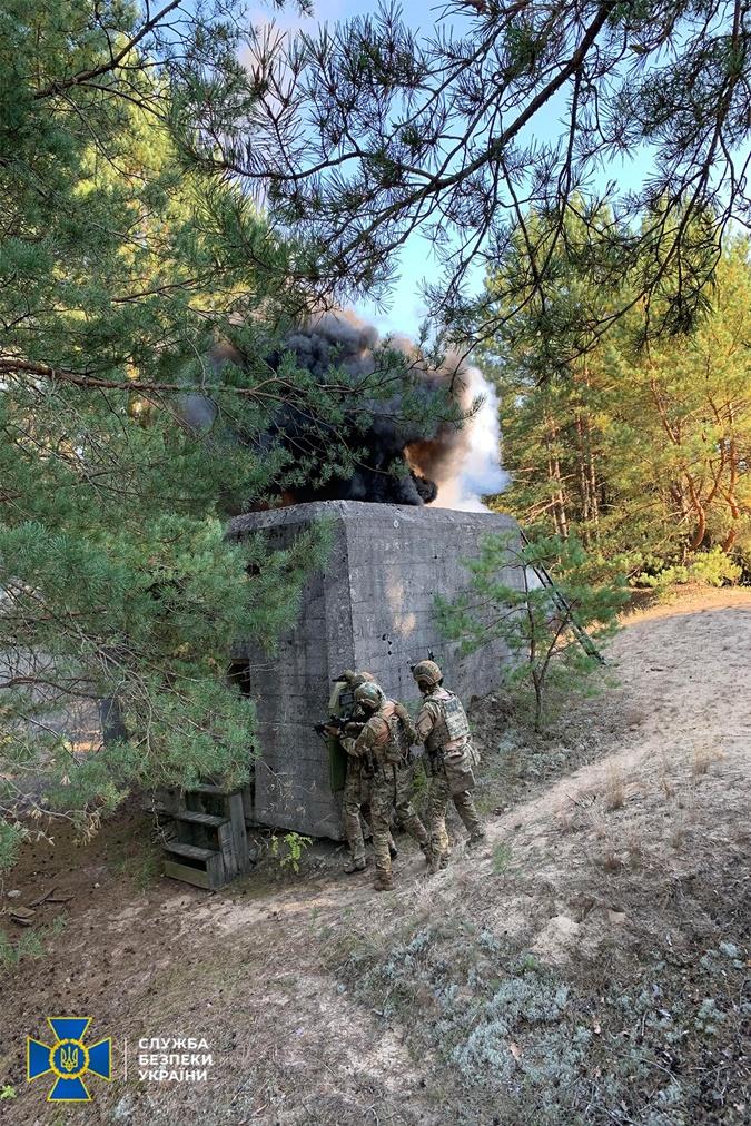 Во время учений СБУ на границе с Беларусью нашли реальный тайник с оружием фото 3
