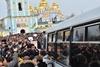 Активисты раскачивают проезжавший мимо автобус с отрядом милиции
