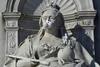 На главные статуи Великобритании одели противогазы