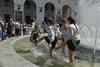 Последний звонок в Киеве: выпускники бесились в фонтане. Фоторепортаж  киеве