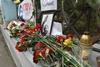 Киевляне несут цветы к посольству Кубы