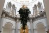 В Лондоне представили перевернутую елку с золотыми корнями