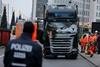 грузовик въехал в толпу людей в берлине