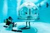 сферическая столовая под водой в брюсселе