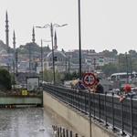 В Стамбуле после сильного ливня затопило улицы и переходы: есть жертвы