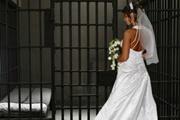 Любовь пожизненная: почему женщины берут в мужья приговоренных к высшей мере