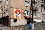 В Киеве на жилом доме нарисовали портрет террориста и наркобарона Пабло Эскобара