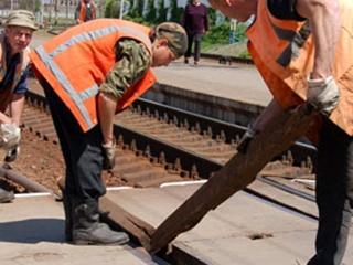 Парень разобрал пятьсот метров железной дороги