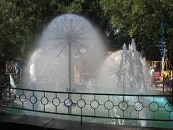 В новых фонтанах ежедневно вылавливают бутылки и стаканчики