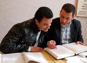 Иностранцы на парах учатся писать шпаргалки, а дома - варить борщ
