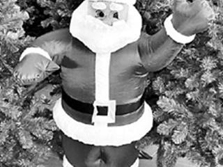 Народ покупает надувных Дедов Морозов и грызунов, которые пищат