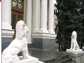 Львы возле Дворца бракосочетаний исполняют желания
