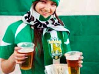 Футбольным фанам пиво принесут красавицы