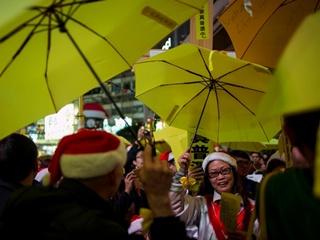 Люди с желтыми зонтиками снова вышли митинговать на улицы Гонконга