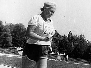 90-летняя бегунья из Желтых Вод легко справляется с десятикилометровыми кроссами
