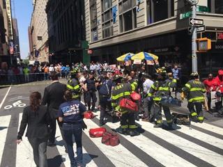 В Нью-Йорке легковушка врезалась в толпу, есть жертвы