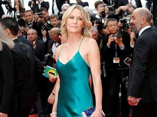 51-летняя Робин Райт сразила Канны откровенным платьем-комбинацией
