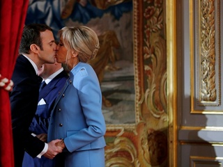 Модель и супруга Николя Саркози поддержала 64-летнюю жену Макрона