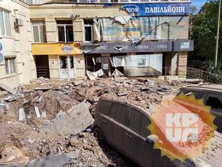 Апокалипсис  в Киеве: прорыв трубы разбил машины и окна, оставив многометровый  кратер