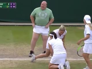 Доподсказывался: на Уимблдоне теннисистка вызвала  комментатора  на корт и вручила ему ракетку