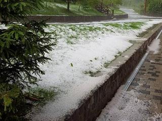 Зима среди лета: на Закарпатье прошел дождь с мокрым снегом и градом