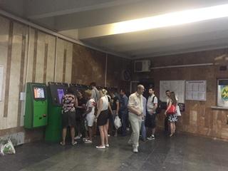 На станции метро  Кловская  из-за нововведений образовались очереди