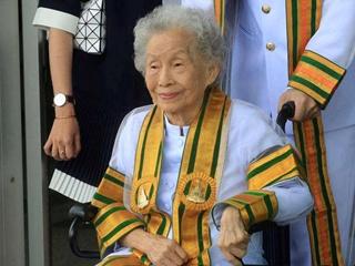 91-летняя жительница Таиланда получила степень бакалавра