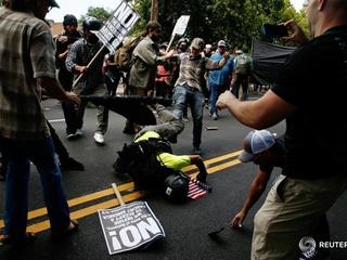 В США автомобиль врезался в толпу митингующих националистов